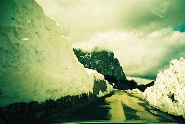Tunnel aus Schnee und Eis am Grödner Joch