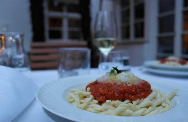 Fricelli mit einem Kräutersugo mit Tomaten und Kräutern aus dem Ottmannguter Garten *